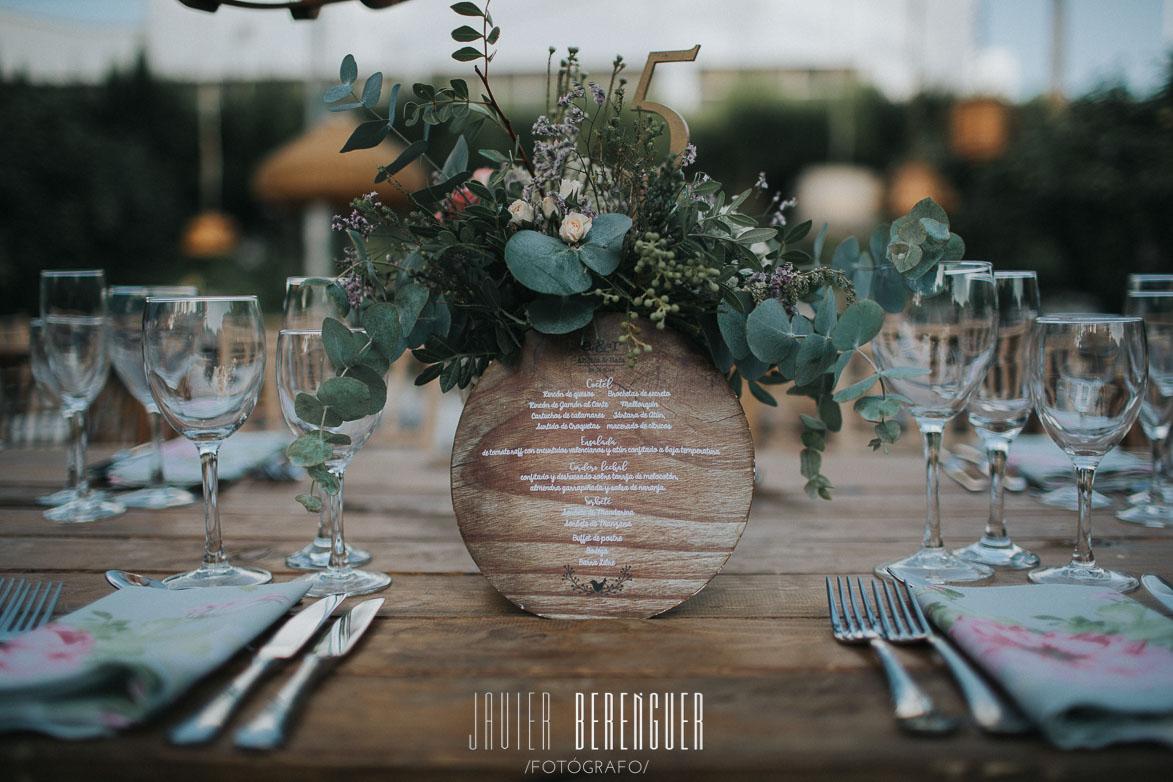 Minuta de Madera y Centro de Mesa , en mesa de madera, con servilletas de flores
