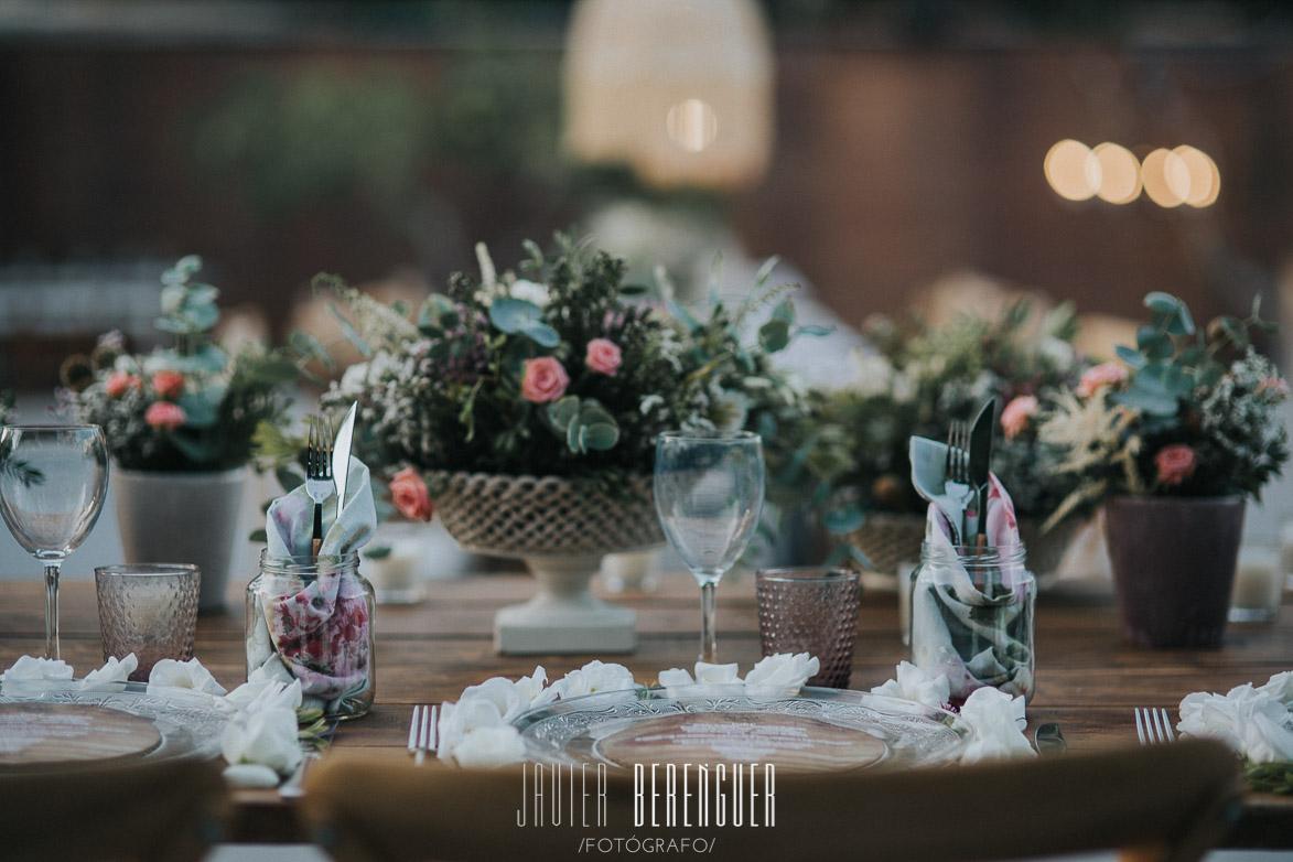Centros de Mesa con Base de Porcelana , vasos con servilletas de flores y minuta de madera con papel texturizado