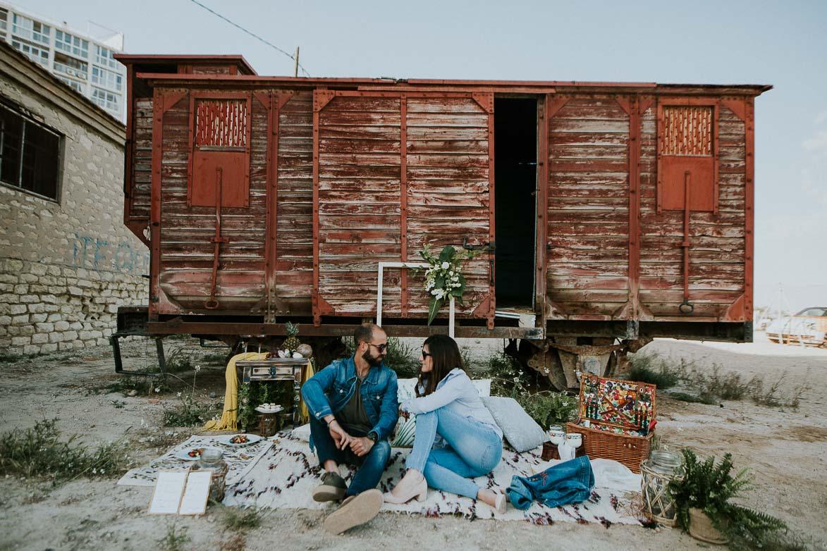 Fotos de Pre Boda Boho Chic en Vagón de Tren Abandonado