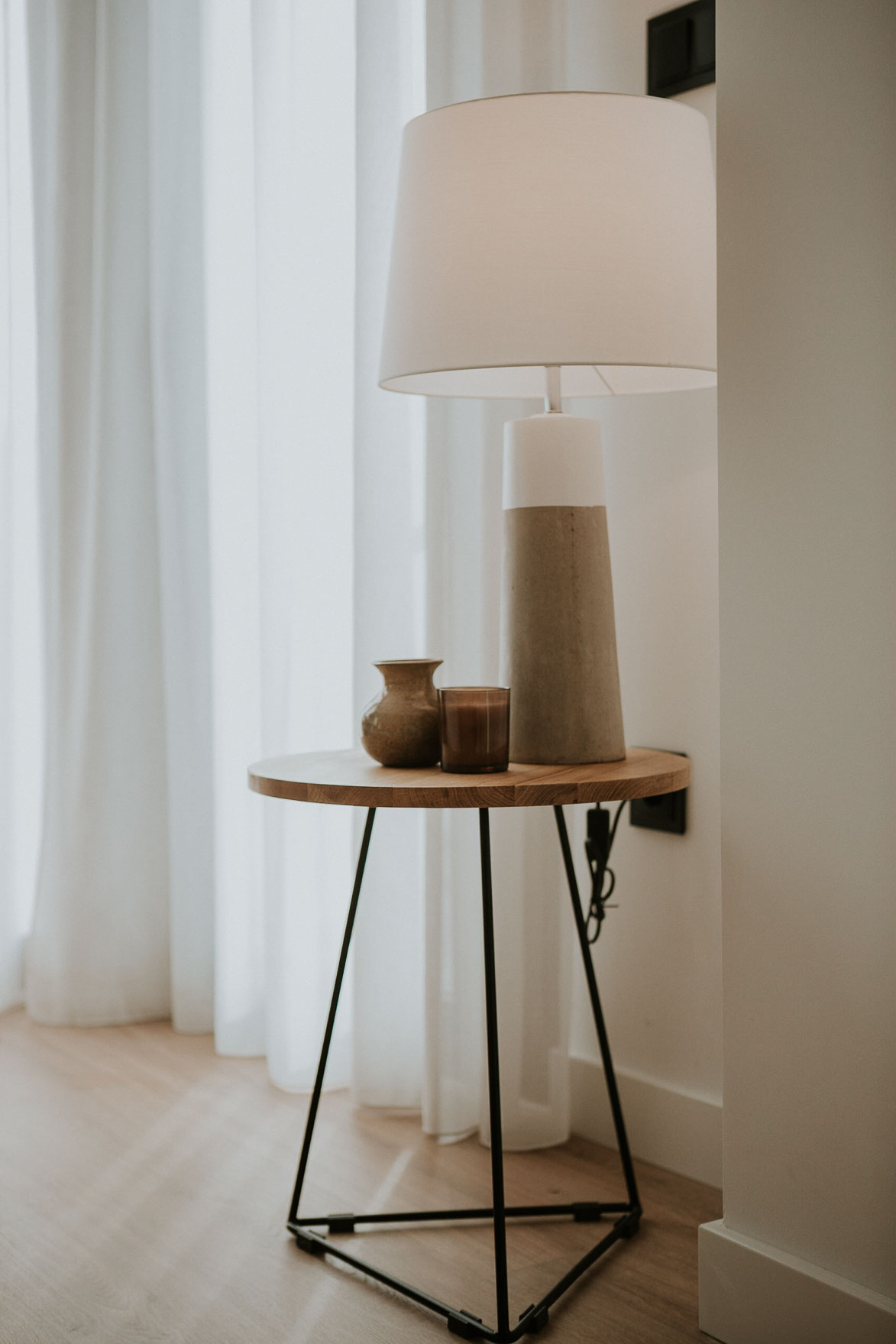 Mesita con lampara decoracion minimalista