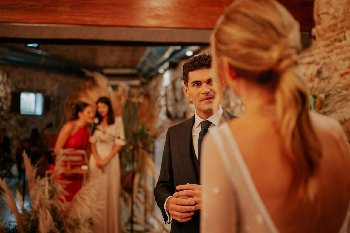 Como mira un novio a su novia en la boda
