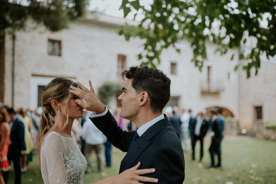 Novio peina a su novia en la boda